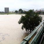大雨続きで長良川が氾濫しそう。上流地域では通行止めにもなり陸の孤島化する状況に。