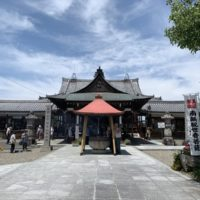 毎月21日の鏡島弘法の限定御朱印や駐車場の情報。参拝や屋台の風景も。